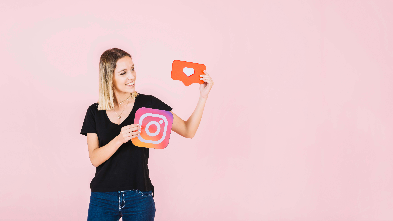 Instagramのアイコンを持つ女性
