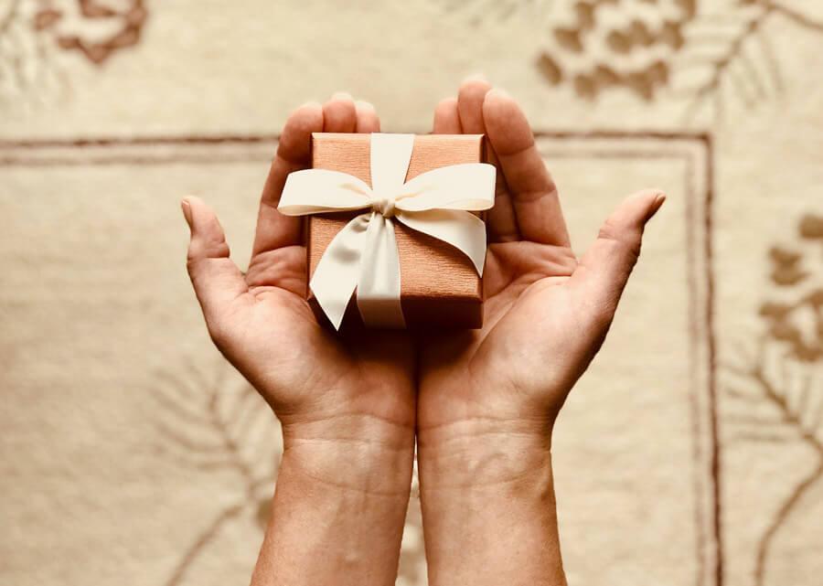プレゼントを渡している